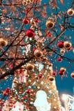 装饰新年和假日 在近树枝的圣诞节球到圣蓬蒿红场的` s大教堂 免版税图库摄影