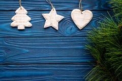 装饰新年庆祝的圣诞树的树、心脏和星玩具与毛皮在蓝色木的树枝 库存图片