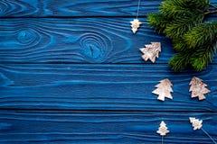 装饰新年庆祝的圣诞树的玩具与毛皮在蓝色木背景上面veiw的树枝 免版税库存图片