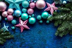 装饰新年度 圣诞节球和星与云杉的分支在蓝色背景顶视图嘲笑 库存照片