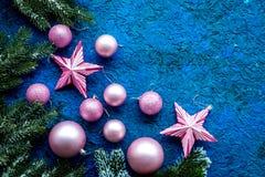 装饰新年度 圣诞节球和星与云杉的分支在蓝色背景顶视图嘲笑 免版税库存图片