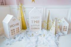 装饰新年度 微小的圣诞节房子 与白色房子,雪花,星,诗歌选的圣诞节背景和 免版税库存照片