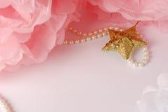 装饰星、珍珠小珠和桃红色和白色pom pom 库存图片