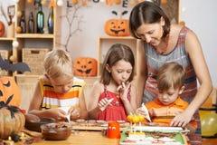装饰曲奇饼的家庭 免版税库存照片