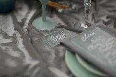 装饰有冬天花和雪的婚礼板材 库存照片