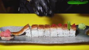 装饰服务的厨师寿司卷在餐馆 ?? 专业厨师特写镜头投入极少数红色鱼子酱 股票视频