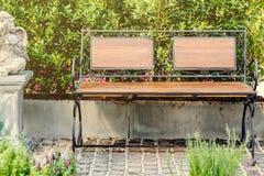 装饰木长凳在庭院里 库存图片