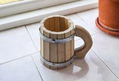 装饰杯子形状的鼓 木的啤酒杯 免版税库存图片