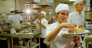装饰松饼的女性厨师在厨房4k里 股票视频