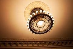 装饰枝形吊灯在戏院大厅里 库存图片