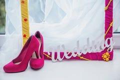 装饰框架、妇女的鞋子和词婚礼 图库摄影