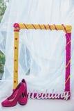 装饰框架、妇女的鞋子和词婚礼 库存图片