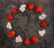 装饰框架用新鲜的草莓和花 平的位置,顶视图 免版税库存图片