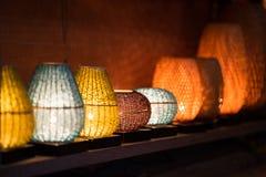 装饰灯笼由工艺品竹辫子篮子制成在会安市古镇,越南 免版税库存照片