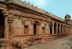 装饰物在坦贾武尔,印度包围了有天空的大厅在古老Brihadisvara寺庙 免版税库存照片