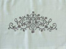 装饰物开花在白色亚麻制织品的背景 图库摄影