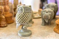 装饰猫头鹰大理石雕刻的雕塑 免版税库存照片