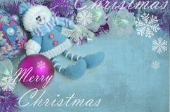 装饰玩偶,圣诞树装饰,在蓝色背景的玩具与雪花 2007个看板卡招呼的新年好 免版税库存图片