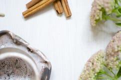 装饰瓦器 陶瓷在白色木bacg的咖啡杯 免版税库存图片
