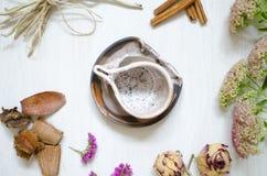 装饰瓦器 陶瓷在白色木bacg的咖啡杯 库存图片