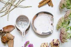 装饰瓦器 陶瓷在白色木bacg的咖啡杯 图库摄影