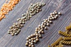 装饰由红色和棕色扁豆、整粒面团和鸡豆制成在木背景 免版税图库摄影