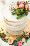 装饰由花白色赤裸蛋糕、土气样式婚礼的,生日和事件 免版税库存照片