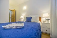 装饰白色和蓝色的被雕刻的木盘子典雅的卧室 免版税库存照片