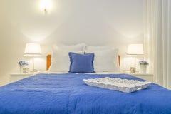 装饰白色和蓝色的被雕刻的木盘子典雅的卧室 免版税图库摄影