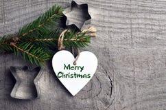 装饰白色木圣诞节心脏和杉树在老木背景分支 寒假,圣诞快乐 有选择性的foc 库存图片