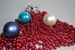 装饰的一个房子和一棵圣诞树辅助部件圣诞节和新年 免版税库存图片