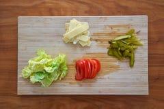 装饰的一个汉堡包成份包括蕃茄腌汁 免版税库存照片