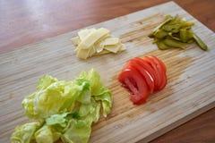 装饰的一个汉堡包成份包括蕃茄腌汁 库存照片