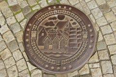 装饰的下水道出入孔的外部在卑尔根,挪威 免版税图库摄影