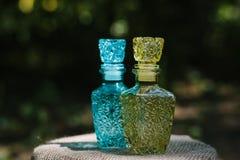 装饰的两个小五颜六色的玻璃瓶 库存照片