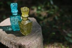 装饰的两个小五颜六色的玻璃瓶 免版税库存图片