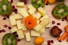 装饰的乳酪和果子党盛肉盘 免版税库存照片