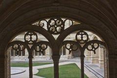 装饰的修道院曲拱 免版税库存图片