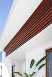 装饰的入口有白色墙壁的一个房子和木 图库摄影