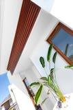 装饰的入口有白色墙壁的一个现代房子和木 免版税库存图片