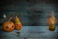 装饰的南瓜在神秘的秋天背景的万圣夜与煤气灯 免版税库存照片