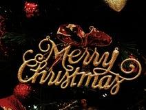 装饰的发光的金黄文本圣诞快乐 库存图片