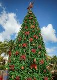 装饰的圣诞树和礼物盒,有蓝天的 免版税库存照片