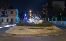 装饰的圣诞树和Chanukah Menorah在容忍的联合国科教文组织在Bahai庭院前面的正方形和和平设置了在海法我 库存图片