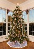 装饰的圣诞树在现代家庭娱乐室 免版税库存图片
