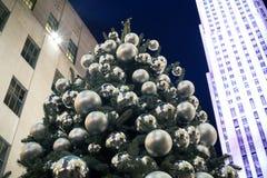 装饰的圣诞树照明设备在城市 免版税库存照片