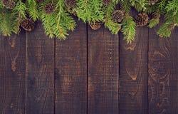 从装饰的圣诞树的框架在土气木背景 免版税库存照片