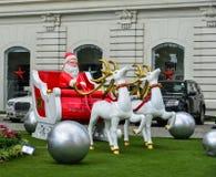 装饰的圣诞老人项目在现代大厦 图库摄影