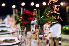 装饰的圣诞节假日桌准备好晚餐 库存照片