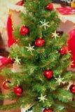 装饰的圣诞节和新年度结构树户内 免版税库存照片